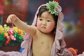 披着毛毯的宝宝