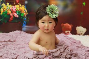头上戴着花的宝宝