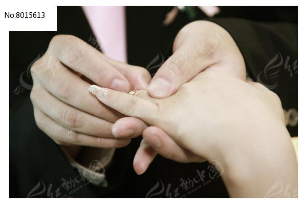 新郎为新娘戴上戒指