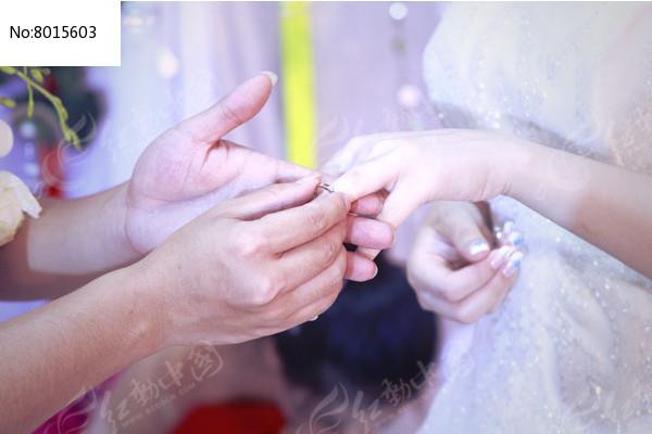 新娘戴上钻戒的一瞬间图片