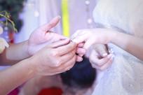 新娘戴上钻戒的一瞬间