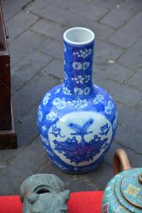 青花花纹瓷瓶
