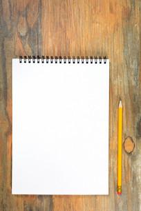 笔记本和黄色铅笔