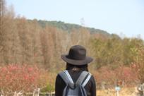 戴帽子女性近景