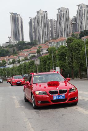 婚礼红色清一色车队通过
