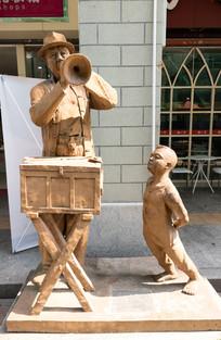 街头卖艺人和小男孩