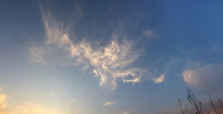 蓝色天空下的金色凤凰云彩