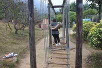 玩吊梯女性的背影