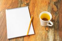 桌子上的笔记本和茶
