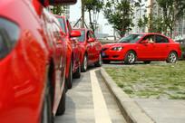 红色婚车拐弯处
