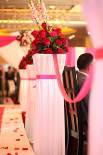 婚礼T台边那一束美丽的玫瑰花