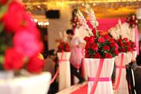 婚礼T台边一束束美丽的玫瑰花