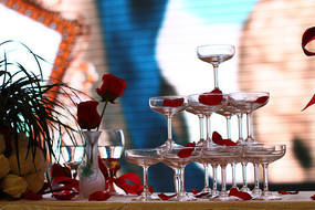 婚礼舞台上的香槟塔和交杯酒