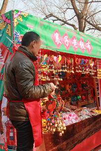 庙会小摊卖饰品的男人