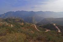 太行山顶上的水泥山路