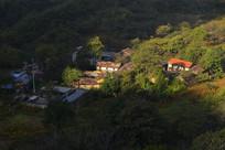 阳光下的小山村