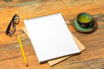 办公桌上的笔记本