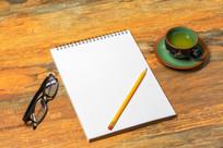 办公桌上的空白笔记本
