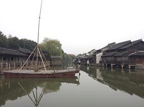 乌镇水乡旁停泊的船只 和老房子