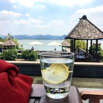 玻璃杯装柠檬水