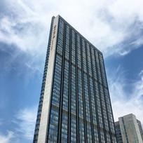 蓝天下的现代建筑