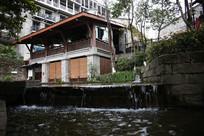 城市休闲场所里的小桥流水