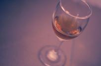 高脚玻璃杯中的半杯红酒