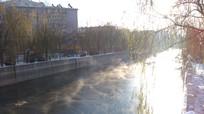 河中水雾图片