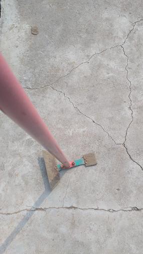 水泥地上的锄头