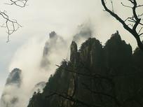 黄山云雾缭绕的山间仙境景色