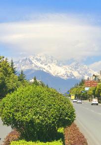 丽江玉龙雪山下的街