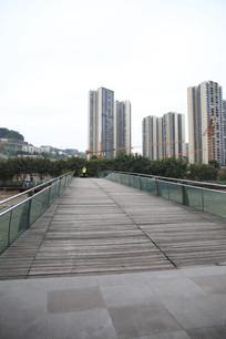 站在桥上看高楼