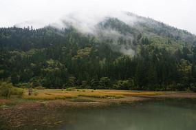云雾缠绕的高山