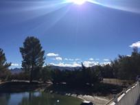 蓝天白云下的湖水图片