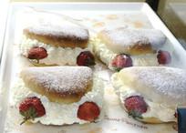 面包夹草莓甜点