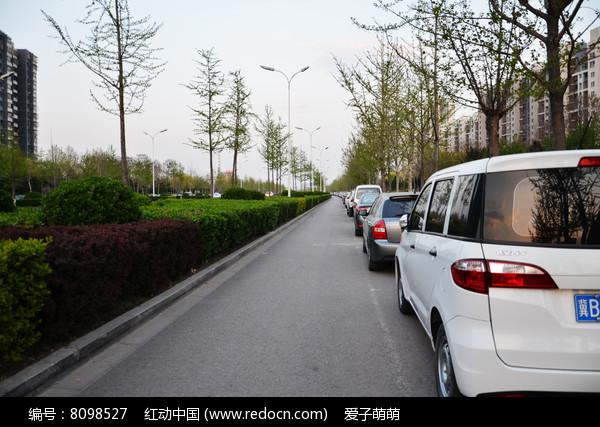 停着整齐的汽车的马路便道图片