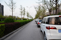 停着整齐的汽车的马路便道