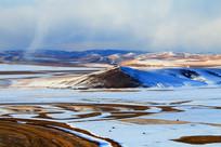 草原雪野冰封河流