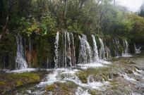 丛林中的瀑布群