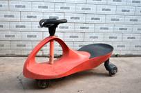 红色扭扭车