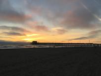 云霞下的海滩建筑风光图片