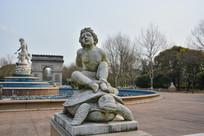 雕像坐在乌龟上的男童