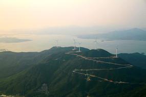 蜿蜒山路上的风车景观