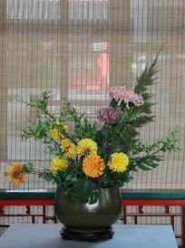 黄菊花瓷瓶插花