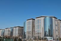蓝天背景的东方广场商厦