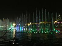 灯红下的城市湖边垂钓