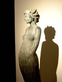 女性半身雕塑