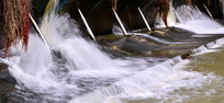 河道里的水坝