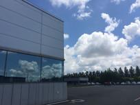 蓝天白云下的厂房一角
