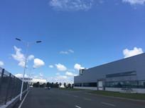 蓝天白云下的厂区图片